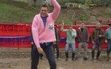 Kızgın Buffalo Önünde Dans Etmek