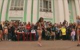 Çıplak Kızlardan Sokak Dansı (nagi Taniec, Naked Dance)